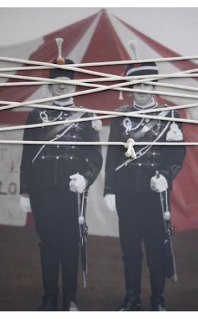 O-68 Maureen Bachaus 'The Wrapping, 2011, fotoprint op aluminium, touw, beeld 119x78cm, lijst 140x99cm' web