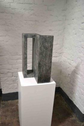 O-68 Helen Vergouwen, 496, grafiet op hout, 2016, 25x25x40cm, web